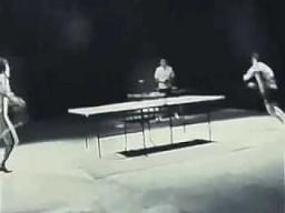 Bruce Lee gra w ping ponga za pomocą nunczaku