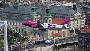 Airbus A-321 linii WizzAir przelatuje nisko nad Dunajem w Budapeszcie