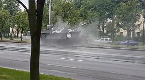 W centrum Mińska czołg uderzył w słup