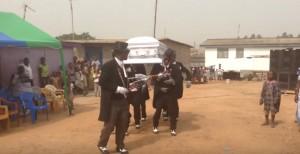 """Ostatni """"taniec"""" zmarłego - dziwna tradycja z Ghany"""