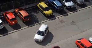 Kobieta podejmuje się parkowania tyłem