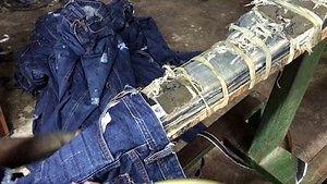 Tak powstają dziury i przetarcia w modnych dżinsach