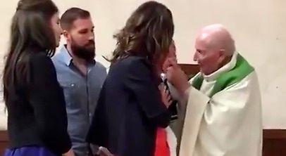 Ksiądz bije dziecko podczas chrztu