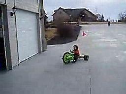 Paroletni dzieciak robi drifting na rowerku