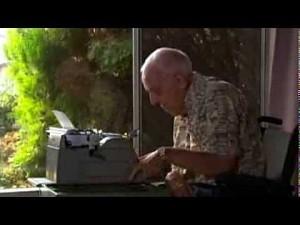 Cz�owiek chory na pora�enie m�zgowe maluje obrazy przy u�yciu maszyny do pisania