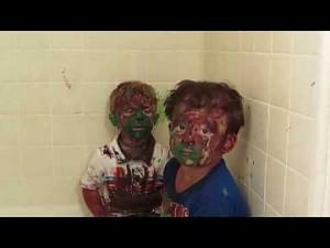 Tata masakruje dzieciaki, które wpadły po pomalowaniu się farbami