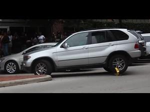 Terenowe BMW z blokadą na kole oraz baba w pośpiechu za kierownicą