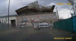 Silny wiatr zrywa dach budynku