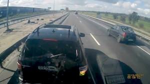 Kierowca BMW testuje hamulce 40-tonowej ciężarówki