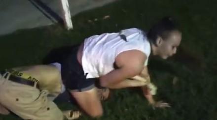 Dziewczyna daje lekcję pokory kilku chłopakom w parku