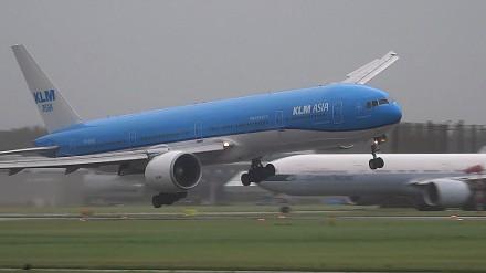 Lądowanie na lotnisku Schiphol w Holandii podczas ostrej burzy