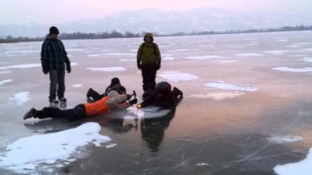 Podpalanie metanu uwięzionego pod lodem