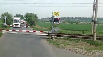 Najbardziej ekologiczny pociąg przejeżdża przez przejazd kolejowy