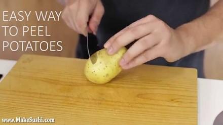 Świetny sposób na obieranie ziemniaków
