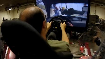 Facet gra w GTA V na symulatorze wartym 100k dolarów