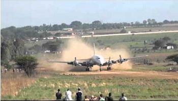 Lądowanie w Afryce na lotnisku bez asfaltu