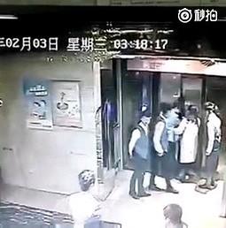 Idiota wszedł z buta do windy. I już nie wyszedł