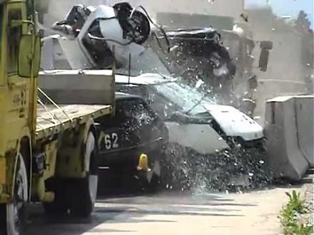 Test zgniotu samochodów stojących w korku