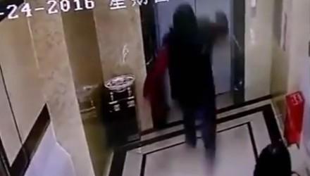Chińczyk i jego konfrontacja z windą
