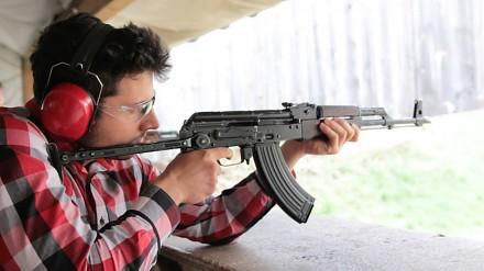 Kałach, M4, snajperka - jak strzelać z karabinu?