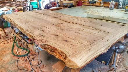 Klimatyczny drewniany stół - od drzewa po efekt końcowy