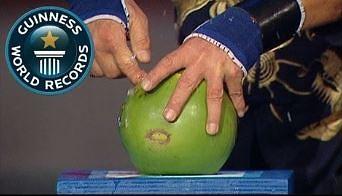 Gość przebija kokosy jednym palcem!
