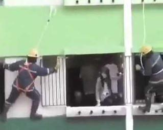 Dziewczyna próbuje popełnić samobójstwo, bije się w trakcie z ratownikami, a w oknie obok...