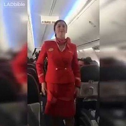 Kibice piłkarscy i stewardessa