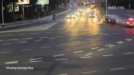 Zderzenie samochodów ocaliło rowerzystę na skrzyżowaniu w Olsztynie