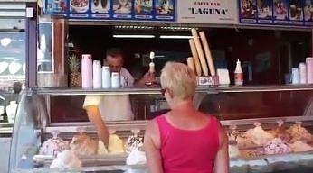 Ten pan sprzedaje lody tylko dla dorosłych
