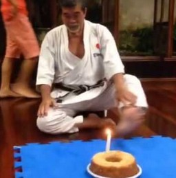 Jak emerytowany karateka zdmuchuje świeczkę?