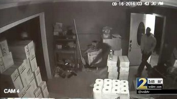 Kobieta broni (skutecznie) swojego domu przed bandytami