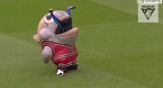 Maskotka Derby County zjada przeciwnika