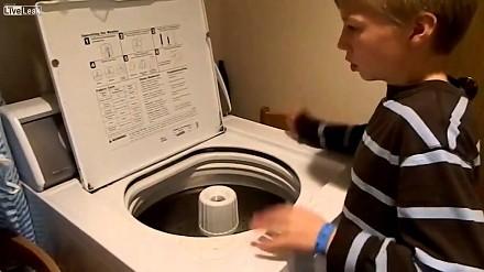 Chłopczyk z autyzmem niepiernicza rytmy na pralce