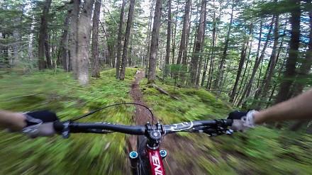 Ekstremalny downhill na rowerze ze stabilizacją obrazu