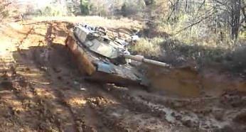 Czołg Abrams M1 wklejony w błoto uruchamia turbinę gazową