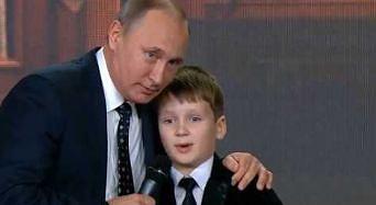 Putin stoi na scenie z dziećmi i pyta: Gdzie kończy się granica Rosji?