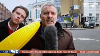 Śmieszek z dmuchanym bananem atakuje w telewizji