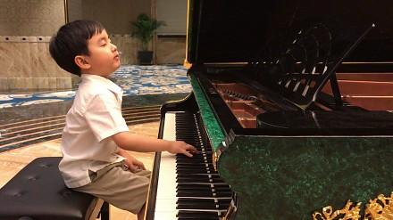 5-latek gra utwór Chopina, będziecie pod wrażeniem