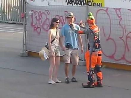 Świetny występ śmiesznego klauna na ulicach Barcelony