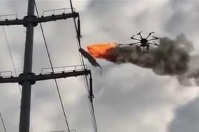 Chińczycy używają drona z miotaczem ognia do sprzątania linii wysokiego napięcia