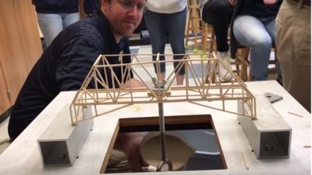 Studenci fizyki testują swoje konstrukcje mostów pod obciążeniem