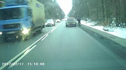 Rowerzysta spychany z drogi przez idiotę w osobówce