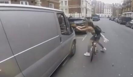 Nie zadzieraj z rowerzystką. Dwóch typów w chamski sposób podrywa dziewczynę