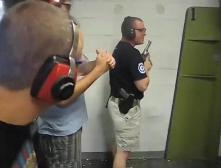Instruktor broni palnej zalicza katastrofalną wtopę na strzelnicy!