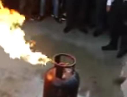 Hinduski policjant pokazuje jak zgasić płonącą butlę LPG