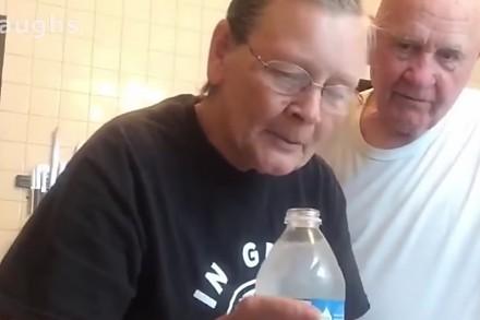 Babcia zrobiła niezłego psikusa swojemu mężowi, pokazując mu magiczną sztuczkę