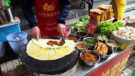 Chińskie jedzenie uliczne przygotowywane dla pary Polaków