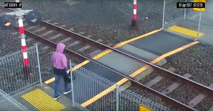 Kobieta wchodzi na tory tuż przed nadjeżdzającym pociągiem