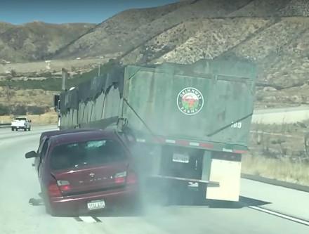 Ciężarówka ciągnąca osobówkę po zderzeniu